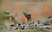 亞美尼亞士兵正在發射炮彈。(圖源:Sputnik)