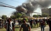 伊拉克庫爾德自治區(庫區)兩大執政黨之一的庫爾德斯坦民主黨(庫民黨)位於伊首都巴格達的總部17日遭示威者闖入並縱火。(圖源:新華社)