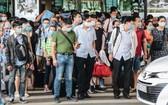 民眾在公共場所嚴格落實佩戴口罩規定。(圖源:明仁)