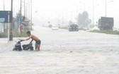 暴雨洪澇導致北-南1號國道途經河靖省路段交通癱瘓。(圖源:允和)