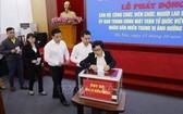 越南祖國陣線中央委員會幹部職員為中部災區籌集捐款。(圖源:越通社)