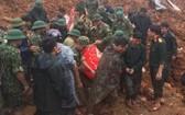 搜救人員將遇難者屍體抬離現場。(圖源:Q.T.O)
