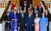 政府總理阮春福(前右三)與聯合國各組織駐越代表合影。(圖源:光孝)