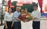 學生向高肇力總經理送花致謝。