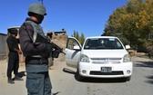 10月25日,阿富汗安全部隊成員在阿東部加茲尼省的一個檢查站檢查過往車輛。(圖源:新華社)