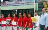 郡高齡人會主任朱杞文(右一)與得獎隊代表合照留念。