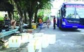 運載大量來歷不明商品的臥鋪客車被查扣。(圖源:互聯網)