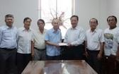 梁萬榮理事長(右三)將賑災善款轉交予范興主任。