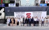 新華越南蔡卓思董事與救災團在新華廣場前合照。