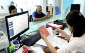 辦理行政手續時,戶口簿和人民證是民眾必須攜帶的證件。