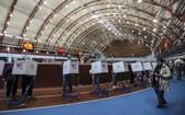 10月27日,選民在美國紐約的一處投票點參加提前投票。(圖源:新華社)