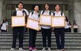 考取國家級與市級優秀生華人學生合影。