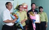 坊領導向茶山慶雲南院周華邦住持(右二)和平順省彩票公司代表贈送感謝狀。