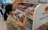 一名消費者在超市裡選購蛋品。(示意圖源:耀基)