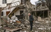 納卡地區主要城市斯捷潘納克特發生炮擊之後,一名老人站在被炸毀的房屋前。(圖源:互聯網)