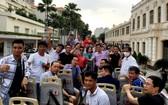 圖為廣寧省旅行團乘坐雙層觀光巴士參觀市中心。(圖源:藍江)
