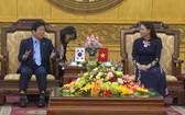 寧平省委書記阮氏秋霞(右)會見韓國國會議長朴炳錫。(圖源:人民報)