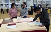 """""""越南的黃沙與長沙群島-歷史證據與法理依據""""地圖與資料展吸引了眾多各界人士前來參觀瞭解。(圖源:越通社)"""