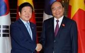 政府總理阮春福(右)接見韓國國會議長朴炳錫。(圖源:光孝)