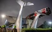 """荷蘭一列火車在高空軌道行駛時,突然衝出軌道盡頭,險些墜落,萬幸被一座鯨魚雕塑""""接住"""",懸掛在空中,未造成人員傷亡。(圖源:互聯網)"""