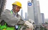 技術人員為5G網絡基礎設施做好準備。(圖源:春成)