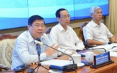 市人委會主席阮成鋒(左一)在會上發表指導意見。(圖源:越勇)