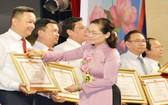 市人民議會主席阮氏麗向模範民運幹部頒發獎狀。(圖源:越勇)