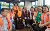 釋慧功法師與市越南祖國陣線委員會領導坐船考察豆腐涌。