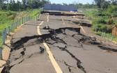 途經嘉萊省諸奢縣路段的胡志明路繞道線路竣工不久已於2019年嚴重損壞。(圖源:TH)