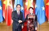 2018年6月5日,國會主席阮氏金銀(右) 與密克羅尼西亞聯邦國會主席韋斯利•西米納會晤。(圖源:Quochoi.vn)