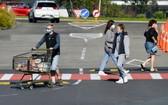 在紐西蘭最大城市奧克蘭,人們戴口罩出行購物。(示意圖源:新華社)
