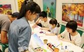 遊客正學習繪畫的基本技能。(圖源:莊裴)
