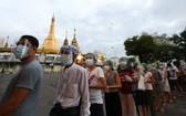 11月8日,人們在緬甸仰光的一個投票站前排隊投票。(圖源:新華社)