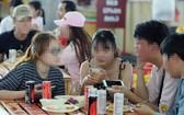 若干人因方便、符合口味又價格合理而選吃加工食品和路邊菜餚。