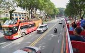 遊客坐兩層巴士參觀本市。