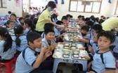 小學生正在吃午餐。