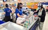 消費者在西貢Co.op購物。