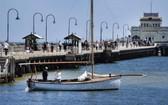 澳洲疫情受控,墨爾本聖基爾達碼頭又見遊人踪影。(圖源:AFP)