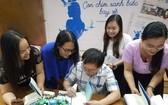 作家阮日映在新書簽名送給讀者。
