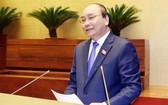 政府總理阮春福回答國會代表的質詢。(圖源:越通社)