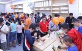 新張小米授權店吸引眾多年輕消費者前來體驗、購置各款新型智能手機。