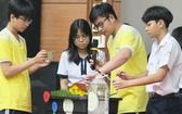 黎貴惇高中學校的學生們推介一種自動灌溉系統以測量土壤濕度。