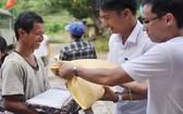 姑陵Laguna度假區慈善組將稻穀種子送給家境困難的民戶。(圖源:Laguna)