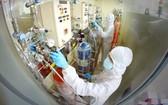 市國立大學的兩名專家正在實驗室進行科學研究。(示意圖源:德祿)
