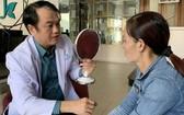 黎越智醫生正在為籍貫安江省的阮氏碧璇診療。