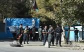 武警站在喀布爾大學入口看守案發現場。(圖源:AFP)