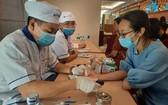年輕人參加血糖測試。(圖源:秋賢)