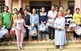 慈善團代表向廣南省災民發送禮物。