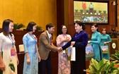 國會主席阮氏金銀向模範教師親切問候並贈送禮物。(圖源:林顯)