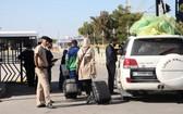 11月14日,在利比亞與突尼斯交界的拉斯傑迪爾口岸,來自利比亞的人員準備入境突尼斯。(圖源:新華社)